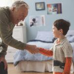 «Дедушка, я принесу тебе воды», или Как приучить ребенка помогать старшим