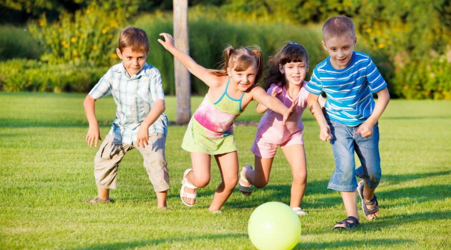 Французские дети любят игры ничуть не меньше российских или немецких. Догонялки и вышибалы с мячом, «тест-драйв» на ходулях, прыжки по нарисованным на земле популярным «классикам», различные сюжетные развлечения могут стать хорошим времяпровождением для детей школьного возраста