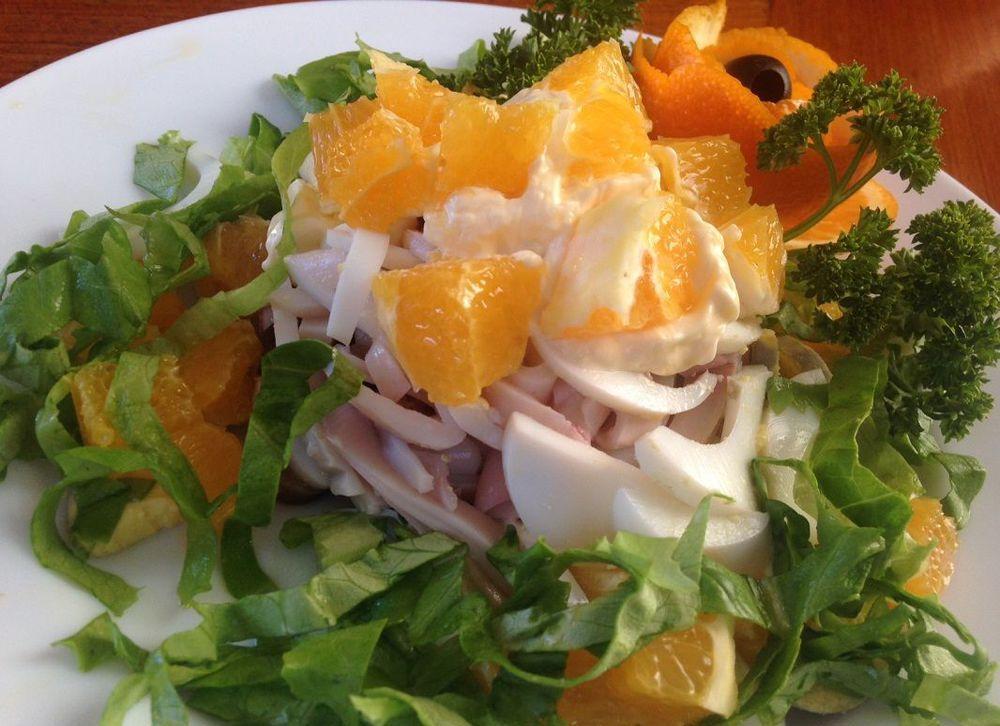 Лучшие блюда для гостей. Салат из кальмаров с апельсином